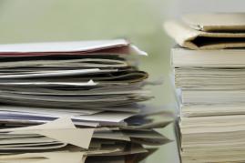 Stapel von Papieren in der Schuldnerberatung