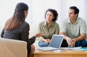 Schuldnerberaterin studiert Unterlagen