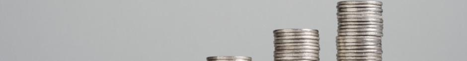 Stapel Münzen für offene Rechnungen und Schulden